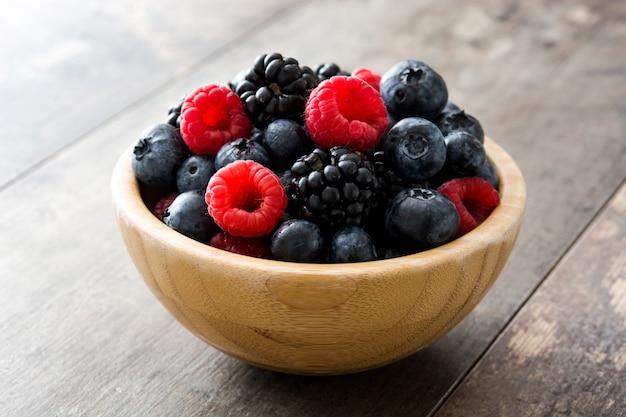 Zdrowe jagody w drewnianym pucharze na drewnianym stole
