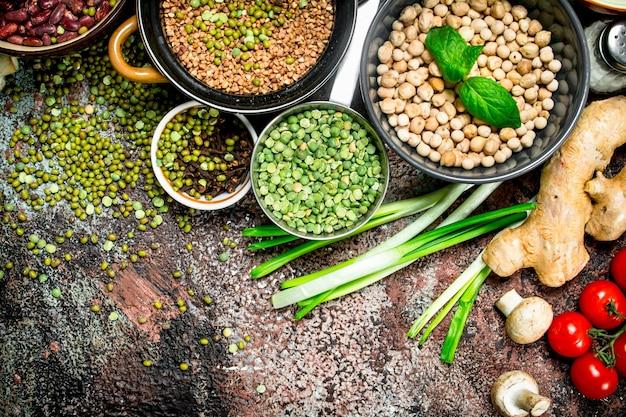 Zdrowe jedzenie. asortyment owoców i warzyw z roślinami strączkowymi. na rustykalnej powierzchni.