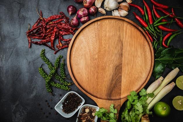 Zdrowe jedzenie czysty wybór jedzenia. zioła i przyprawy różne organiczne warzywa umieszczone na stole. surowce do przygotowania potraw.
