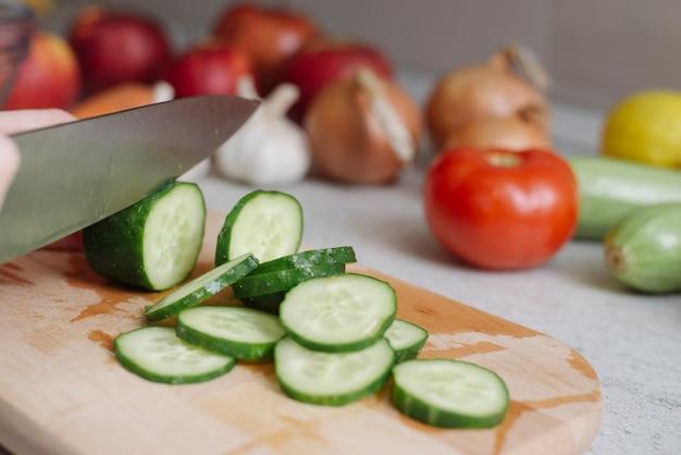 Zdrowe jedzenie koncepcja z plasterkami ogórka
