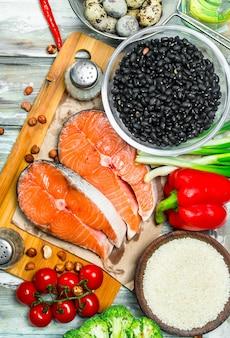 Zdrowe jedzenie. łosoś z miodem, orzechami i warzywami. na rustykalnym.