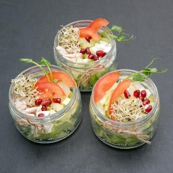 Zdrowe jedzenie, menu z mikrogreenami. sałatka z asortymentem mikro-zielonych. organiczne warzywa, ser i kurczak. zdrowy styl życia i prawidłowe jedzenie koncepcja, miejsce.