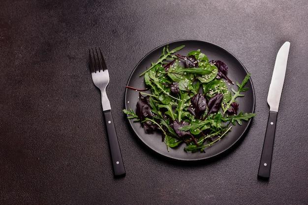 Zdrowe jedzenie, mieszanka sałat z rukolą, szpinakiem, krwią byka, liśćmi buraków i mikro zieleniną.
