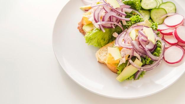 Zdrowe jedzenie na talerzu z kopiowaniem miejsca