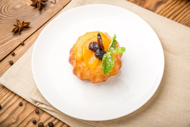 Zdrowe jedzenie piękne i smaczne jedzenie na talerzu, na drewnianym stole