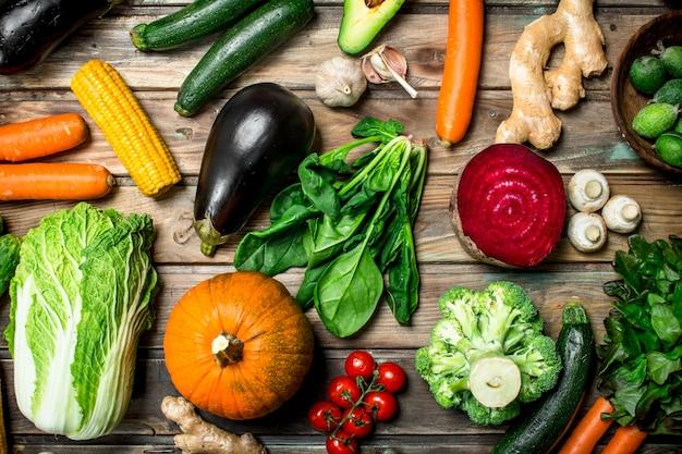 Zdrowe jedzenie. różnorodność dojrzałych owoców i warzyw na rustykalnym stole.