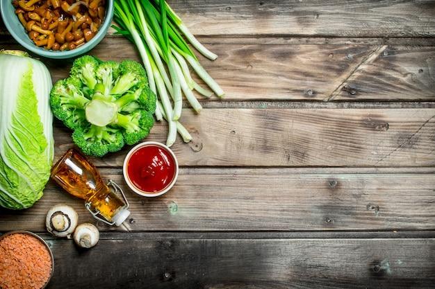 Zdrowe jedzenie. różnorodność ekologicznych warzyw i grzybów. na drewnianej powierzchni.