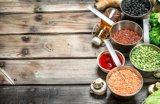 Zdrowe jedzenie. różnorodność ekologicznych warzyw i grzybów. na drewnianym stole.