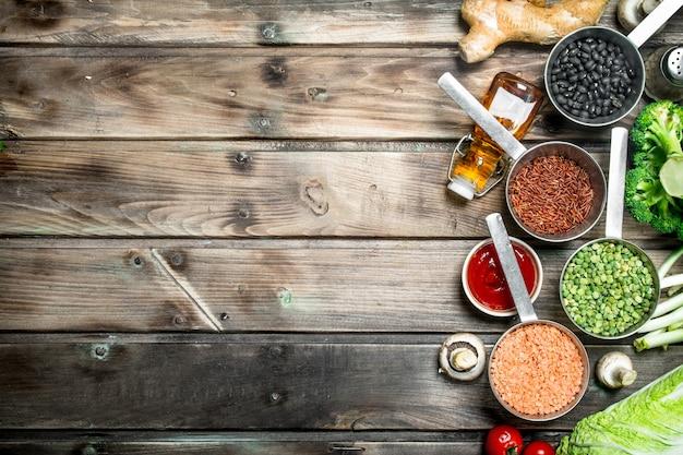 Zdrowe jedzenie. różnorodność ekologicznych warzyw i grzybów. na drewnianym tle.