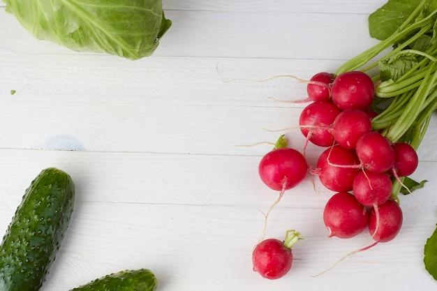 Zdrowe jedzenie. rzodkiewka, ogórek i zielone liście