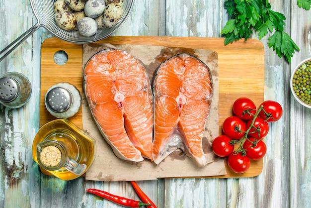 Zdrowe jedzenie. steki z łososia z ekologiczną żywnością na rustykalnym stole.