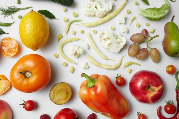 Zdrowe jedzenie stół, widok z góry różnych owoców i warzyw. odchudzanie, jedzenie dla wegan i zdrowa dieta.