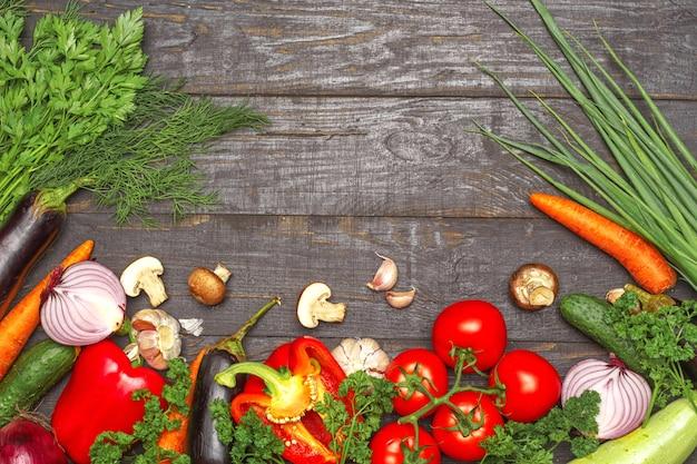 Zdrowe jedzenie tła. karmowej fotografii różni warzywa na ciemnym drewnianym tle