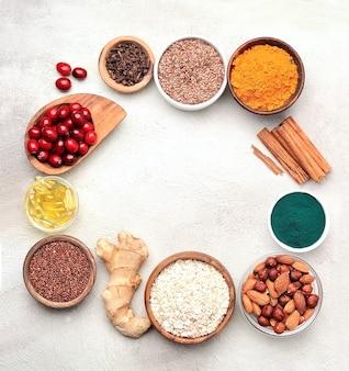 Zdrowe jedzenie. tła. żurawina, orzechy, siemię lniane, spirulina, kurkuma, imbir, komosa ryżowa,