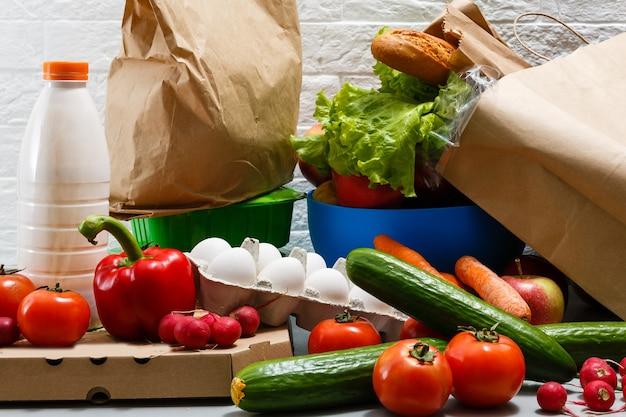 Zdrowe jedzenie tło, warzywa, owoce, jajka i produkty mleczne na białym stole, widok z góry