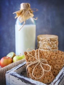 Zdrowe jedzenie. trzy rodzaje chleba dietetycznego. powietrzny chleb gryczany, pieczywo chrupkie pszenne i chleb słonecznikowy