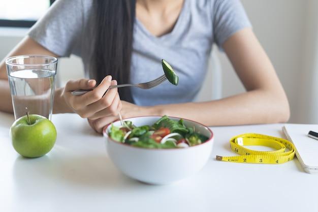 Zdrowe jedzenie w stylu życia wellness. kobieta, jedzenie, sałatka