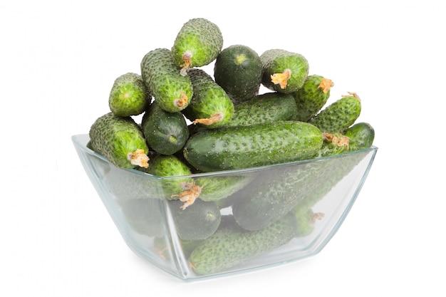 Zdrowe jedzenie. zieleni ogórki odizolowywający