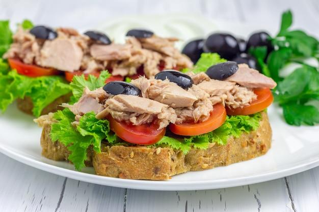 Zdrowe kanapki z tuńczykiem na białym talerzu zbliżenie