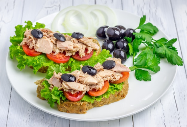 Zdrowe kanapki z tuńczykiem na białym talerzu