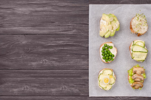 Zdrowe kanapki z zielonymi warzywami na drewnie
