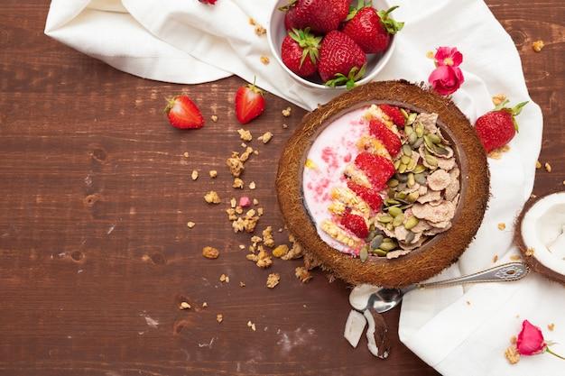 Zdrowe letnie śniadanie. słoik z muesli, jogurtem i truskawką