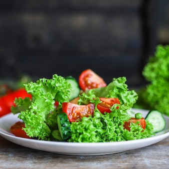 Zdrowe liście sałaty mieszają warzywa