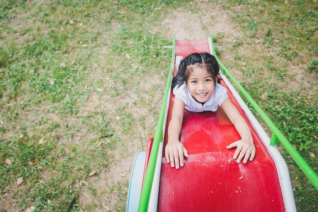 Zdrowe małe dzieci bawią się na podwórku