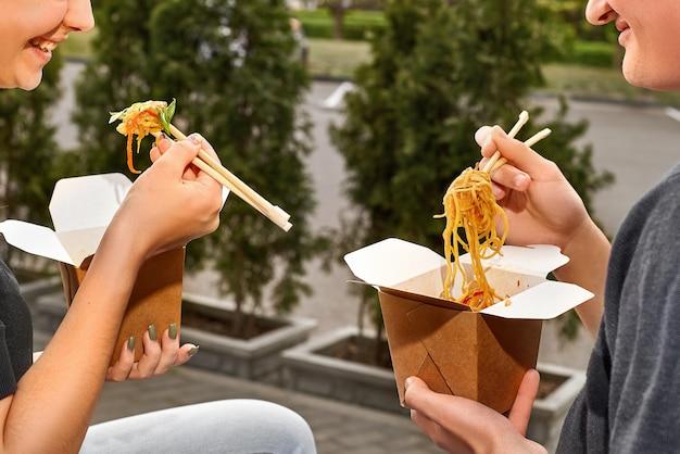 Zdrowe menu na lunch, dostawa dań z restauracji. pojemnik z jedzeniem na wynos, w pudełkach ekologicznych. kopia przestrzeń