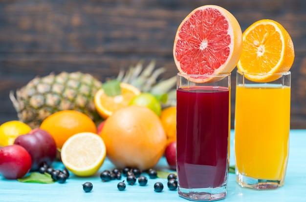 Zdrowe mieszanki owoców tropikalnych lub soki