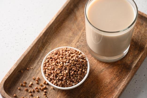 Zdrowe mleko gryczane w szklance ze składnikiem zbożowym