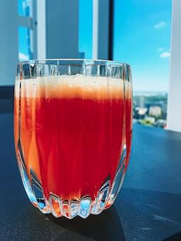 Zdrowe napoje owocowe witaminy i napoje menu świeży sok w luksusowej restauracji na świeżym powietrzu serw...