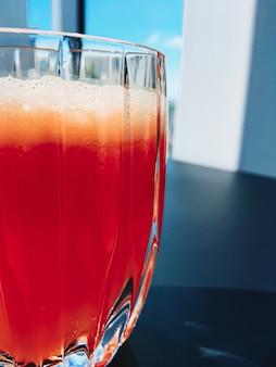 Zdrowe napoje owocowe witaminy i napoje menu świeży sok w luksusowej restauracji na świeżym powietrzu...