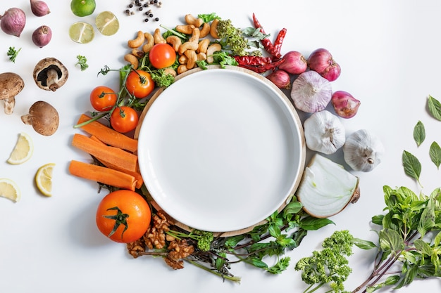 Zdrowe odżywianie. białe naczynie otaczające zdrowe, świeże warzywa