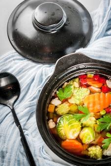 Zdrowe odżywianie. dietetyczny wegański obiad. domowa zupa ze świeżych wiosennych i letnich warzyw