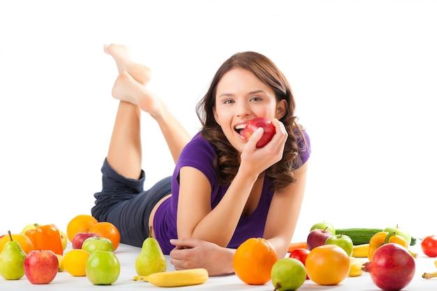 Zdrowe odżywianie - młoda kobieta z owocami