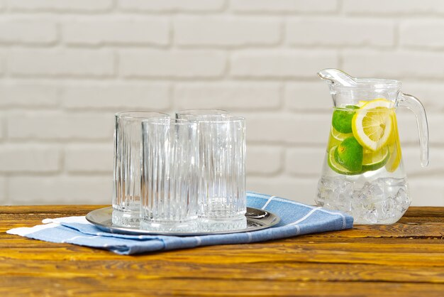 Zdrowe odżywianie, napoje, dieta, koncepcja detoksykacji zbliżenie kobiety z wodą infuzowaną owocami w szklance