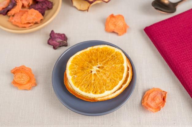 Zdrowe odżywianie organiczne. krojone i suszone jabłko, pomarańcza, marchew i burak