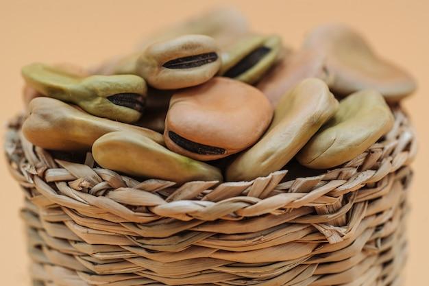 Zdrowe organiczne suszone bób w koszyku słomy