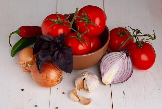 Zdrowe organiczne warzywa na drewnianym tle