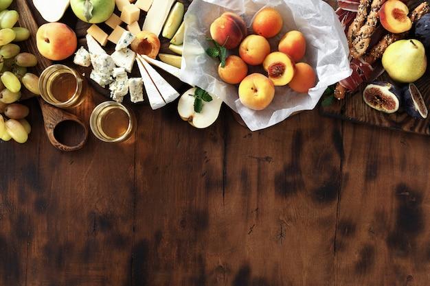 Zdrowe owoc i ser na drewnianym tle, odgórny widok