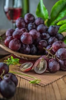 Zdrowe owoce czerwone winogrona w winnicy,