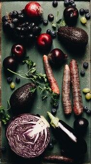 Zdrowe owoce i warzywa asortyment surowy organiczny z fioletowych składników