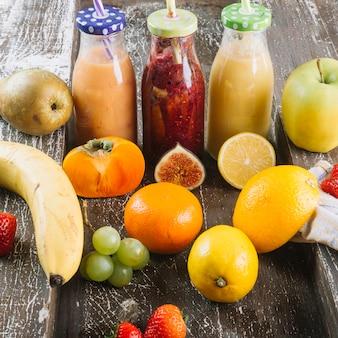 Zdrowe owoce w pobliżu smoothie