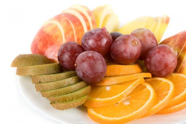 Zdrowe połączenie świeżych owoców z pomarańczą, kiwi, winogronami i jabłkiem