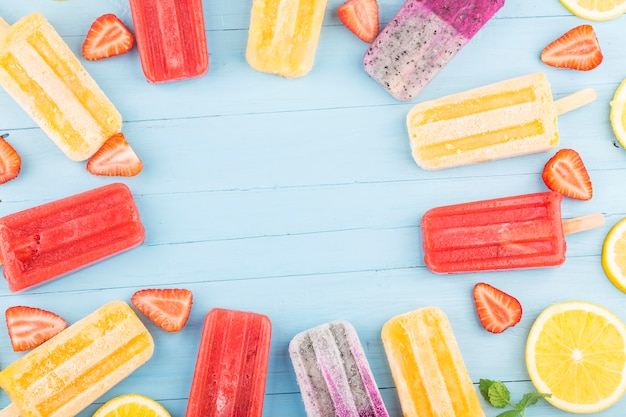 Zdrowe popsicles z całych owoców