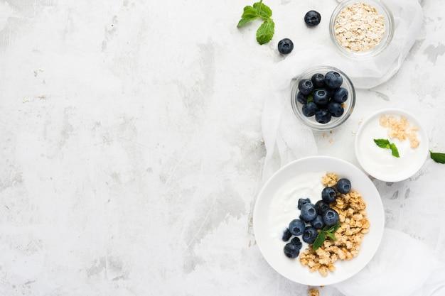 Zdrowe poranne jedzenie na marmurowym stole w przestrzeni kopii