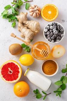Zdrowe produkty dla odporności poprawiające widok z góry. warzywa i owoce w celu wzmocnienia układu odpornościowego
