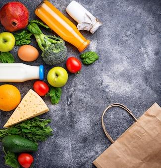 Zdrowe produkty ekologiczne z papierową torbą