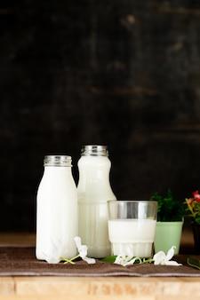 Zdrowe produkty mleczne na stole na stole